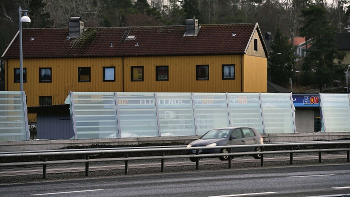 En enskild ruta i bullerskyddet längs nya E45 kostar 20 000 kronor att byta.