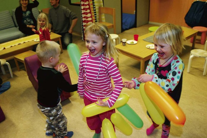 Vad vore ett kalas utan ballonger? Barnen på Änggårdens förskola i Nol såg ut att trivas med jubileumsfirandet.