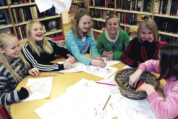 Emilia, Olivia, Sofia, Johannes, Fanni och Moa i målartagen på Surte bibliotek, som ordnade spökkväll i tisdags.