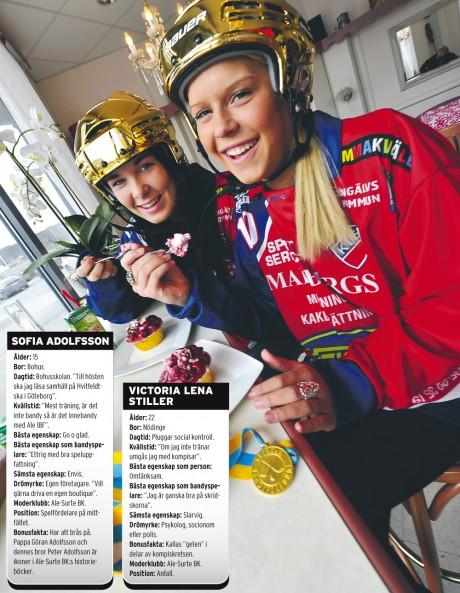 Njuter av segerns sötma gör Sofia Adolfsson och Victoria Stiller. Aletjejerna var med och fixade Karebys första SM-guld i bandy på Studenternas i Uppsala förra helgen. Foto: Allan Karlsson