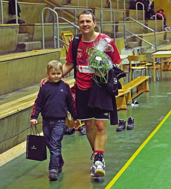 Fredrik Berggren avtackades  efter 18 år som seniorspelare i Alehandbollen. Sonen Melvin bar presenterna. Nu får klubben leta ny tränare.