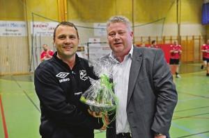 Spelande tränare Fredrik Berggren avtackades av Ale HFs ordförande Kent Hylander. Fredrik har spelat seniorhandboll i 20 år, varav 18 i Aletröjan. Han gjorde sin sista match i söndags mot Jugo Sweds IF.