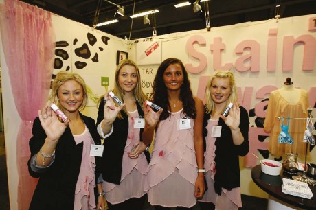 Stain Away UF utsågs till bästa UF-företag på mässan i Göteborg och får nu tävla i huvudstaden. Från vänster: Nicole Hodge, Josefine Sjöholm, Johanna Runius och Andréa Jällbrink. För alebor är det extra kul att Josefine Sjöholm är från Hålanda.