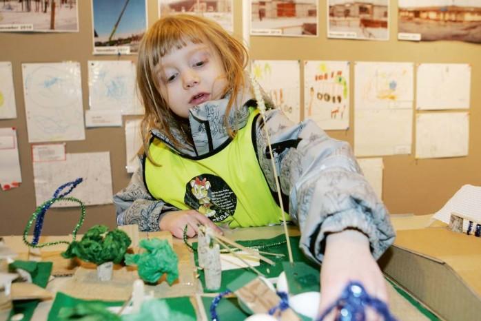 Freyja visar stolt upp utställningen över Äppelgården.