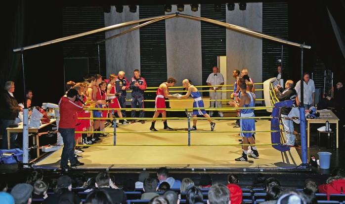 Fräck idé! Ale gymnasiums teatersalong förvandlades till en boxningsarena i söndags. Med perfekta förutsättningar för ljud- och ljus blev galan och stadskampen mellan Göteborg och Stockholm en fullträff.