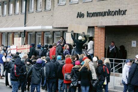 Demonstrationen utanför kommunhuset i Alafors hade polistillstånd, men inte för den här aktionen att tränga sig på mot Kultur- och fritidsnämndens sammanträdesrum.