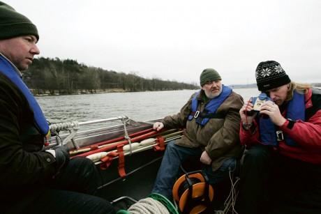 På jakt efter världsarvet. Bo Larsen och kollegan Bo-Holger Hasselqvist har vid flera tillfällen letat efter det misstänkta vikingaskeppet, här med hjälp av en IR-kamera för undervattensbruk. Historikern Bengt Wadbring följde arbetet intresserat i början av mars.