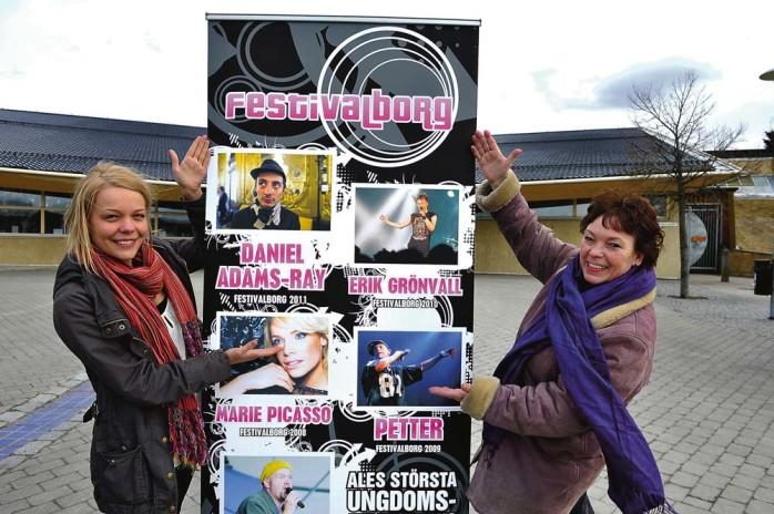 Felicia Eidenby från Löftet – Unga arrangörer, och Elina Waegle-Karlsson, gläds åt årets Festivalborg som kan bli den mest besökta. Bland annat ska en scooter lottas ut, som Elina med hjälp av ett antal företag i Ale har skänkt. Foto: Allan Karlsson