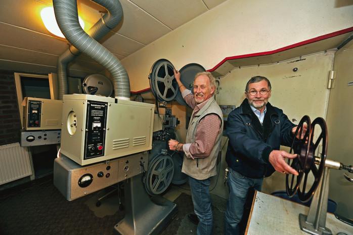 Michael von Rosen har agerat maskinist i Medborgarhuset i 37 år. Här ses han tillsammans med Folkets Hus-föreståndaren Willy Kölborg.