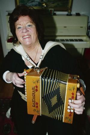 Mona Eskengren, med rötter i Nol men numera bosatt i Romelanda, är huvudartist när Skratta & Sjung arrangeras i Starrkärrs bygdegård nästa söndag.