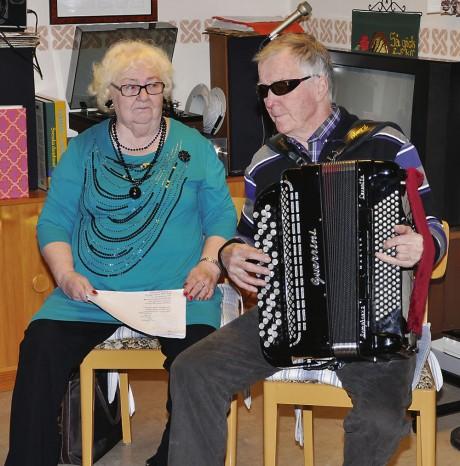 Frideborg och Roland Fahlberg svarade för musikunderhållningen när PRO Hjärtum-Västerlanda höll årets första månadsträff.