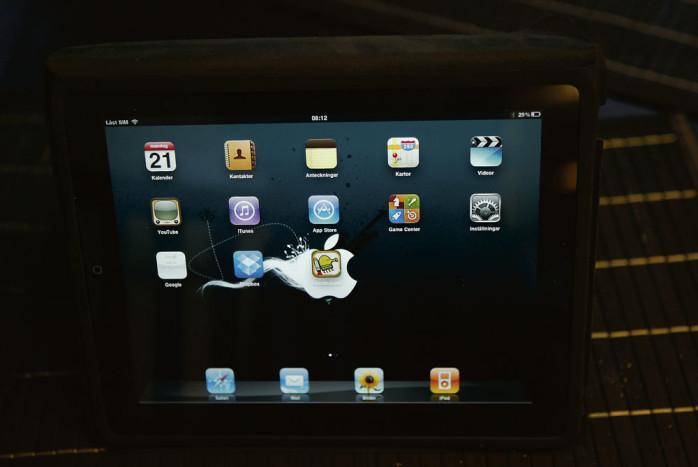Kommunstyrelsens ledamöter förses med iPad. Genom att distribuera handlingar elektroniskt vill kommunledningen frigöra personalresurser till annan service gentemot kommuninvånare och den egna organisationen.