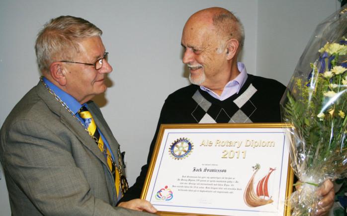 Jack Svantesson tar emot 2011 års Rotary Diplom av Ola Johansson, president i Ale Rotary.