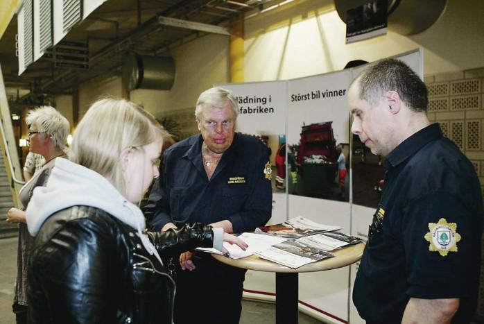 Lasse Andersson och Ingmar Jigfelt fanns på plats för att samla in intresseanmälningar från potentiella deltidsbrandmän.
