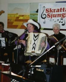Mona Eskengren, tillsammans med Kode Dragspelsklubb, gästade Starrkärrs bygdegård och arrangemanget Skratta & Sjung i söndags eftermiddag.