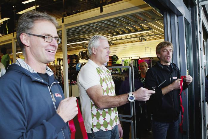 """Den före detta landslagsspelaren i fotboll, Glenn Hysén, fick äran att inviga Team Sportias nya butik på Ale Torg. På var sin sida om """"Hajsen"""" står butiksägarna Håkan Tidstrand och Claes Gustafsson."""