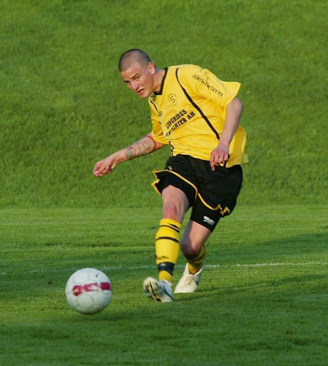 Christian Rönkkö gjorde Skepplandas båda mål i seriepremiären borta mot Säven/Hol som vanns med 2-0.