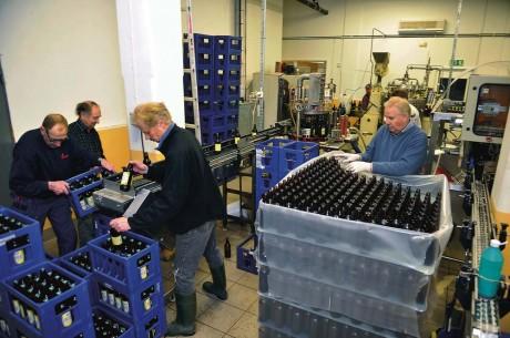 Full aktivitet hos Ahlafors Bryggerier. I år framställs 6 500 halvlitersbuteljer av Ahle Påsköl.