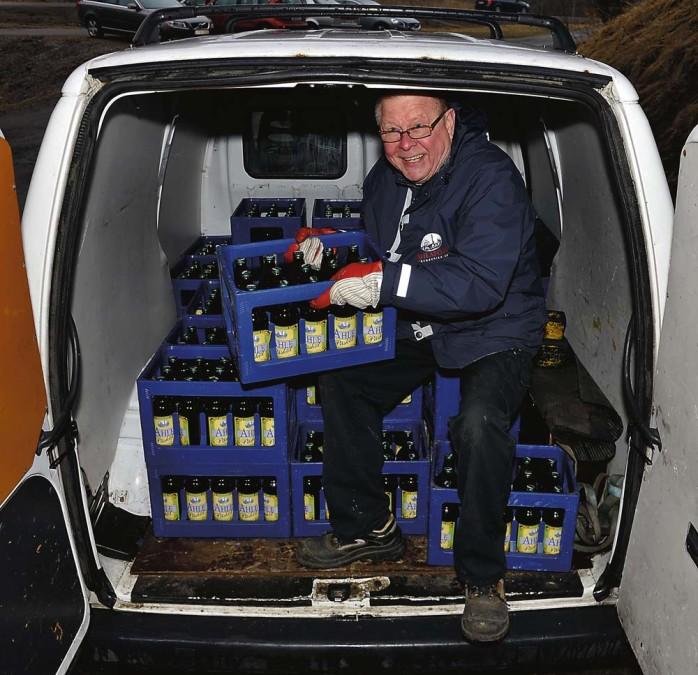 """Christer """"Cralle"""" Sundberg gör sig redo för den första leveransen av årets påsköl."""