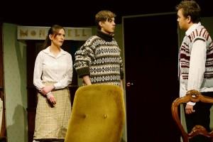 Pensionatet drivs av Giles och Mollie Ralston som spelas av Anna Konnberg och Osian Veronese.