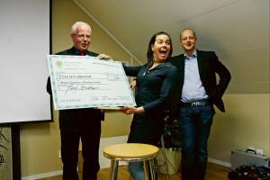 Näringslivschef Jerry Brattåsen och kommunalråd Mikael Berglund uppvaktade luftakrobaten Maria Zeniou som utsågs till Årets entreprenör i Ale.