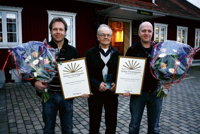 Årets företagare 2010, Grönnäs Autoservice AB. Grundaren Gösta Larsson i mitten med sönerna Magnus och Patrik vid sin sida. Det är bröderna som sedan 2004 driver verksamheten.