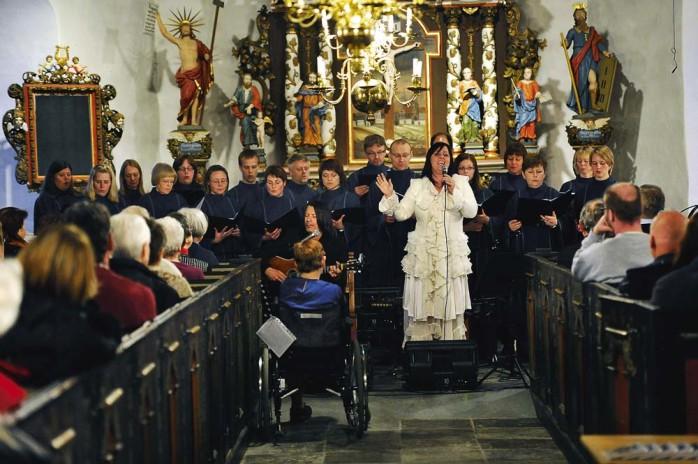 Åsa Jinder uppträdde tillsammans med Blue´n Joy Gospel i Nödinge kyrka i onsdags kväll.   Foto: Allan Karlsson