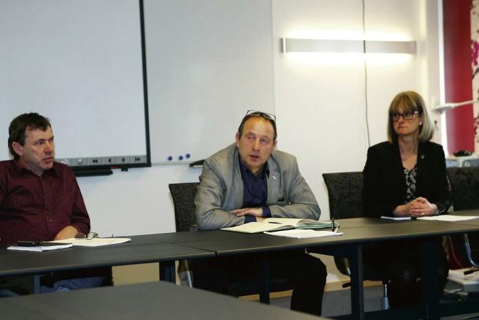 Från vänster ses utbildningsnämndens vice ordförande, Ove Parkås (C), ordförande Leif Håkansson (S) och bildningsförvaltningens chef Mona Tolf.