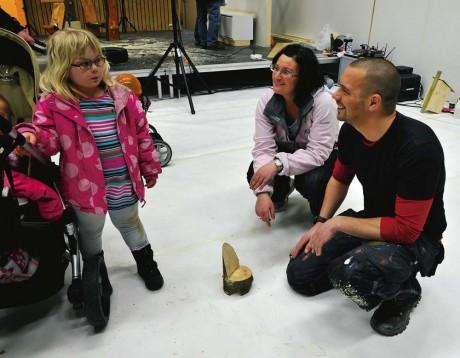 Tv-snickaren Björn Christiernsson gjorde en stol som Bianca Skargården kunde ta med hem till sin docka. Bianca besökte mässan tillsammans med mamma Frida.