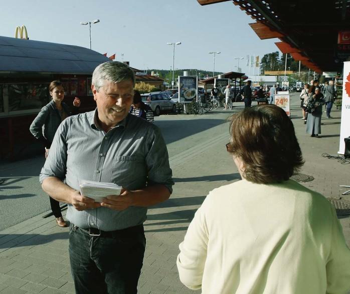 Lars Ohly, Vänsterpartiets ledare, var på besök i Ale förra torsdagen. Det blev både samtal med elever i Ale gymnasium, alebor på Ale Torg och med kamrater på ett kvällsmöte.