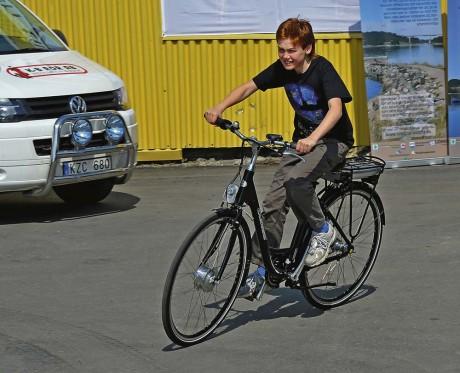 Joel Lindmossen, Alafors, testade med stor förtjusning elcykeln från Älvängens cykel.