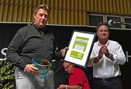 Håkan Sandberg, en av initiativtagarna till EV Adapt AB som har elkonverterat Fiat 500, fick mottaga utmärkelsen Gröna Mässans miljöpris. Ale Elförenings vd Stefan Brandt agerade prisutdelare.