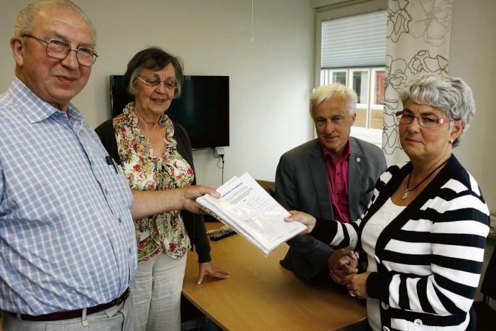 Aledemokraterna Sven Rydén och Ingela Nordhall överlämnade 2200 namnunderskrifter i protest över beslutet att avveckla folktandvården i Skepplanda. Lena Hult (S), tandvårdsstyrelsens ordförande, och Jan-Åke Simonsson (S), ordförande i Hälso- och sjukvårdsnämnden, tog emot listorna.