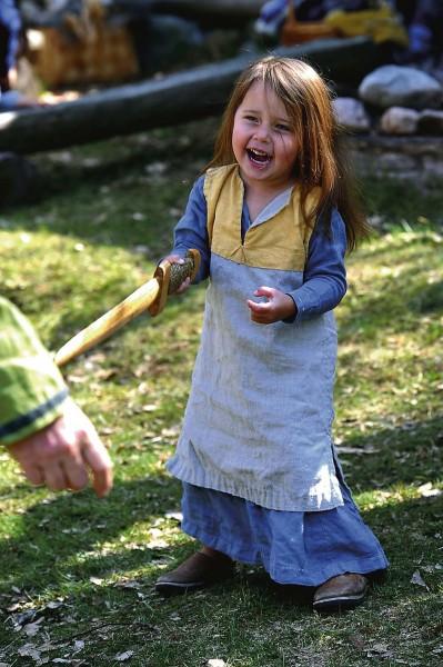 Sol Nordgren, 3 år, fäktades i vikingakläder.