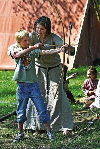 Svante Björkborg, 9 år från Göteborg, fick instruktioner i bågskytte av Evelina Nicander från Hamburgsund.