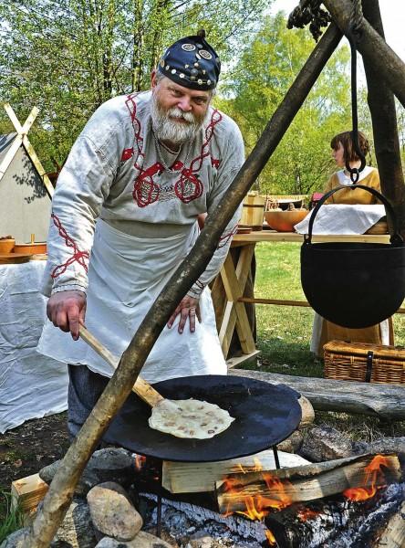 Jan-Olof Hansson, Kungälv, gräddar kolbullar som tillhör marknadens mest populära.