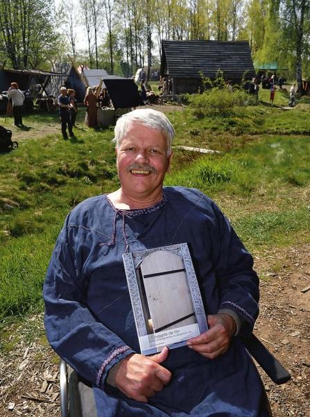 Jörgen Johansson var med och byggde Ales vikingahus. Nu har han skrivit en bok om tekniken. Boken sålde över 100 exemplar under premiärhelgen.