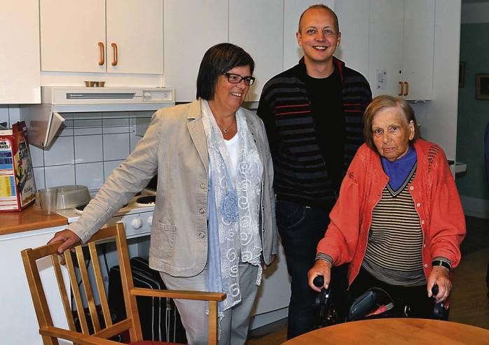 Boel Holgersson och Mikael Berglund i samspråk med Gull Bjerkhede.