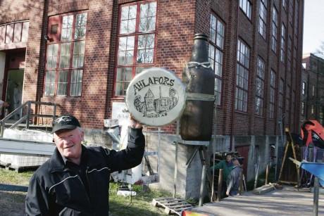 Helge Svendsrud från Alafors är en allkonstnär som inte ser någon uppgift som omöjlig. Flaskan har han format ur en stor stubbe och kapsylen är tillverkad i aluminium.