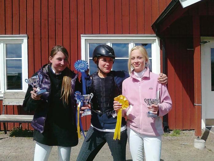 Ales skolor tog en trippel när Skol-DM i hästhoppning avgjordes på Klarebergs Ridklubb. Segrade gjorde Michaela Berntsson (mitten) från Ahlafors Fria Skola före klasskompisen Belinda Henriksson (t v) och Sara Sandberg från Kyrkbyskolan.
