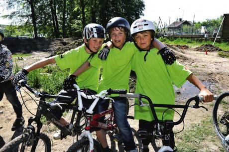 Kasper Johansson, Marcus Rasmusson och David Kaborn från Strömsskolan fanns på plats för att visa hur crosscykling går till.