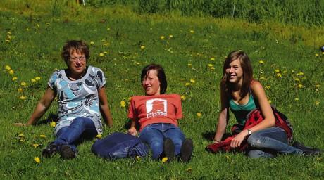 Karin Blomberg med döttrarna Pernilla och Charlotte njöt i solskenet och lyssnade på sång och musik.