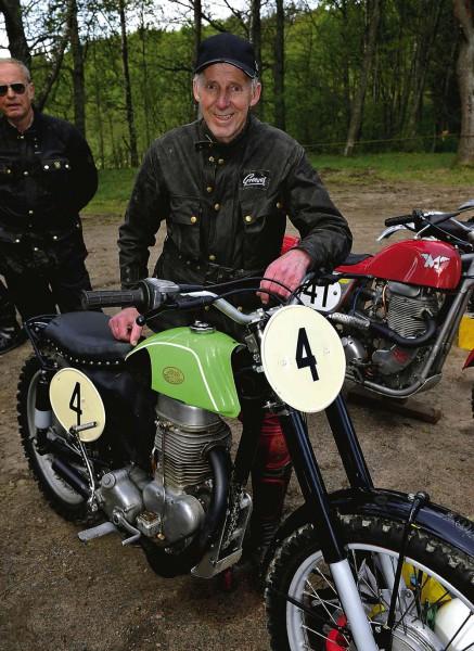 Kuno Karlsson från Bohus med sin gamla Jawa 490.