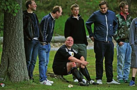 """Fick dra till skogs. Fredrik Thelaus, erfaren mittback i Surte IS FK, avgjorde derbyt mot Bohus och fick sedan se det röda kortet. """"Thella"""" avslöjade också att Surte gjort klart med Lasse Karlsson som väljer bollskorna om inte Gais Bandy har träning."""