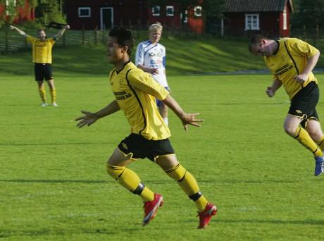 Linus Carlsson jublande glad efter det viktiga 2-0-målet. Mikael Maliniemi och Svante Larson är lättade.