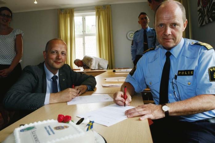 Kommunstyrelens ordförande Mikael Berglund (M) skriver tillsammans med polisområdeschef Lars Klevensparr under ett samverkansavtal mellan Ale kommun och Polismyndigheten.