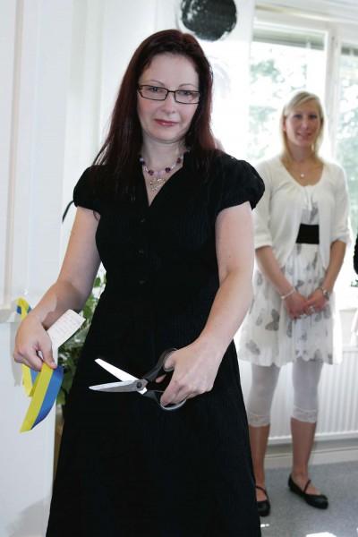 Johanna Borgman klippte bandet och invigde Ale Aktivitetscenter, före detta Treklövern, på Södra Klöverstigen i Nödinge.