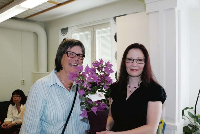 Omsorgs- och arbetsmarknadsnämndens ordförande Boel Holgersson (C) överlämnade en blomma till Ale Aktivitetscenter som deltagaren Johanna Borgman tog hand om.