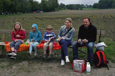 Egen fick och egen bänk att sitta på. Syskonen Söderström, Matilda, Märta och August, tillsammans med Maria Jerkeman och Johan Melander från Alingsås.