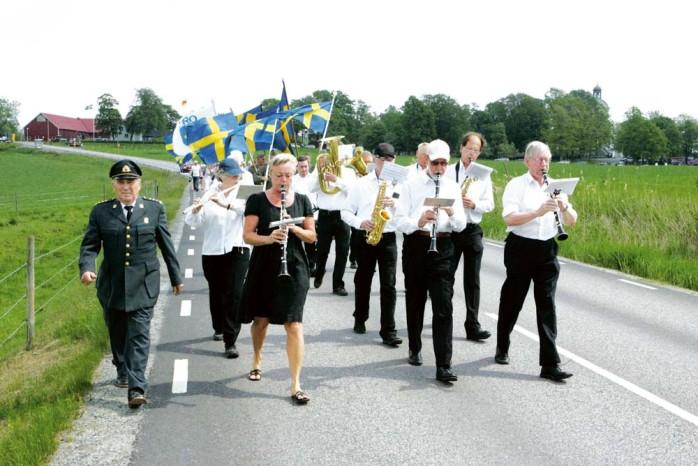 Fantåget, som gick från Starrkärrs kyrka till hembygdsgården, anförda av Blåsorkestern Larmet.